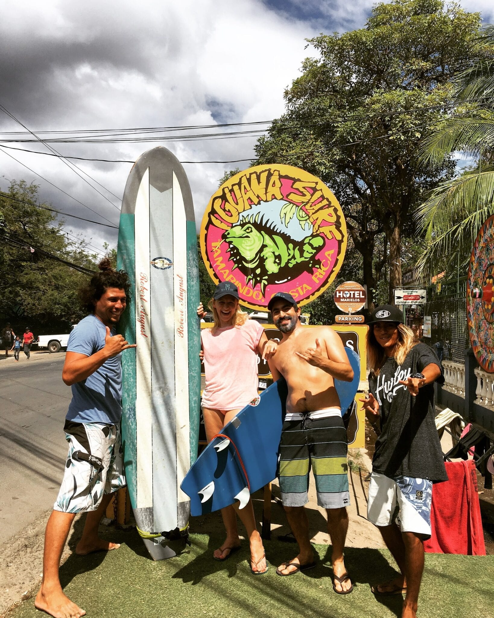 Happy Surfcampers and their instructors.